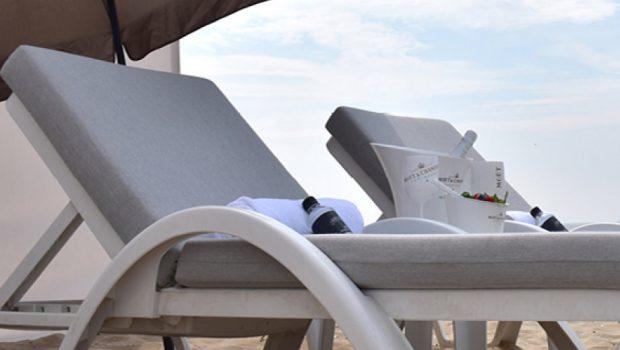 Luxe genieten van het strand met het huren van een ligbed, windscherm en parasol