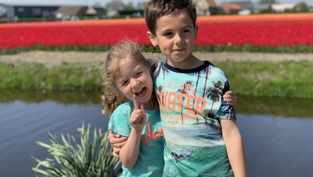 familiewandeling langs de tulpen